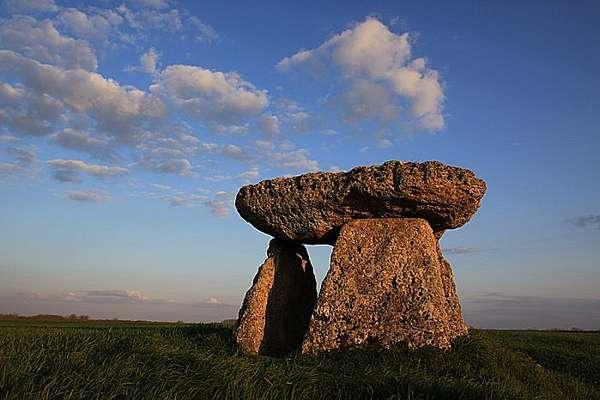 PHOTOLISTE_20090505164020_charente_dolmen_600_.jpg