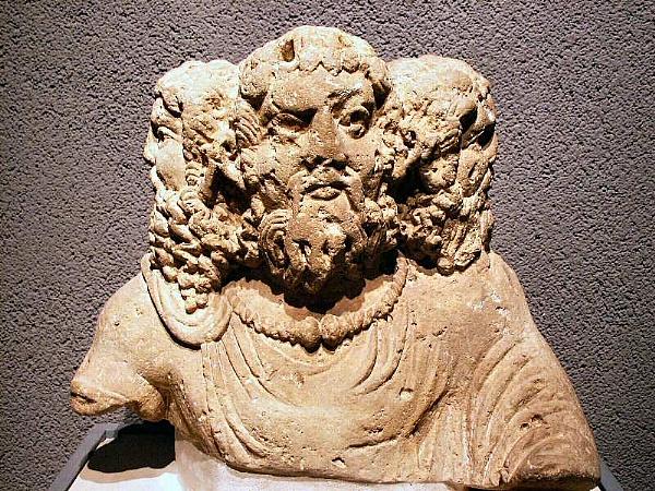 http://www.clio.fr/images/vignettes/PHOTOLISTE_20090709165135_france_statue_tricephale_600_.jpg